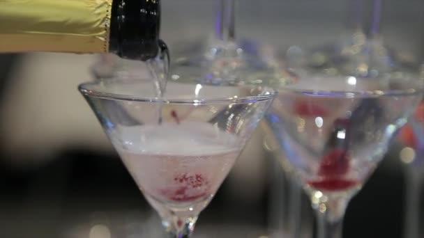 Šampaňské, nalil dvě sklenice z láhve. Dvě šampaňské na rozostření