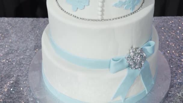 Multi úrovni bílé svatební dort na stříbrné základní a růžové květy na vrcholu. Veautiful svatební dort. Dicorated dort pro oslavu či svatbu. Dort