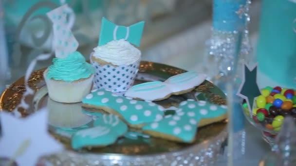 Koláčky. Košíčky s bílým krémem. Úžasné čokoládové dorty a koláčky. Oslava