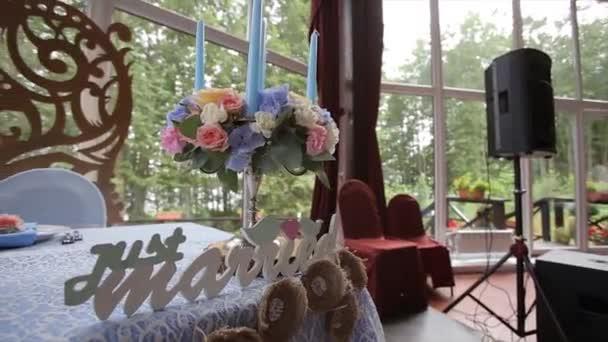 Hochzeitstisch bei einer Hochzeit mit Brautstrauß verziert. Bankett-Saal. festliche Tafel für die Braut und der Bräutigam mit Tuch und Blumen geschmückt. Tisch für Braut und Bräutigam. Hochzeit