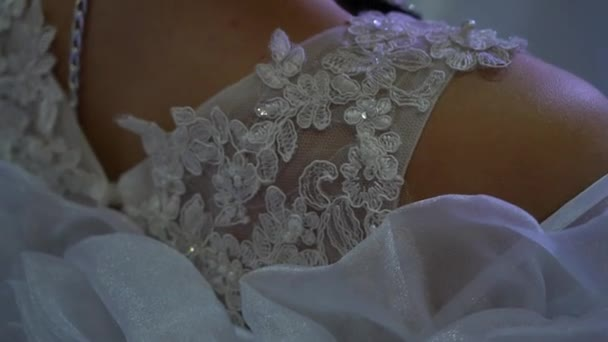 Bajt svatebních šatů. Svatební šaty. Model v weddinf šatech. Nevěsta v bílých šatech