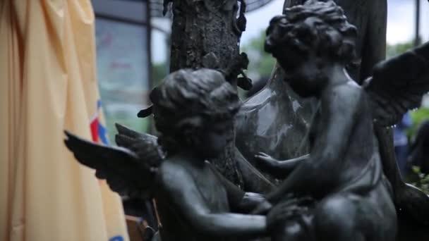 Kerti szobor vintage közelről. Alvó angyal: La Recoleta temető Buenos Aires. Kerti szobor. Ámor szobor. Prága temetőben angyal szobra. Szobor