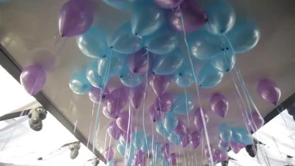 Barevné bubliny v místnosti připravené na oslavu narozenin. modré bubliny na strop