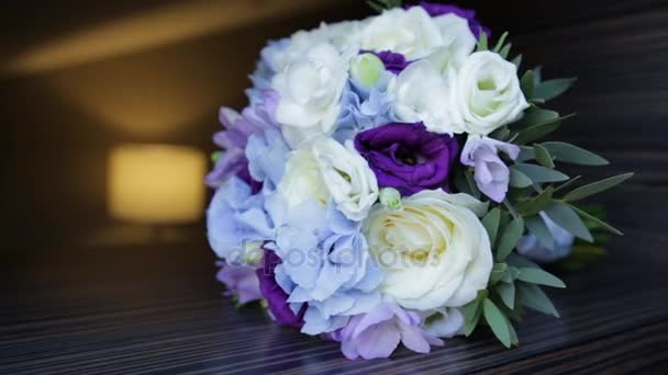 Dokonalé kytice krémová luxusní růží k svatbě, k narozeninám nebo Valentýn. Černý staré dřevěné pozadí, pohled shora. kytice nevěsty na černého dřeva. Modré a bílé a růžové růže