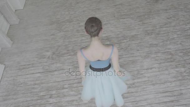 schöne Tänzerin führt Elemente des klassischen Balletts in der Loft-Design. Balletttänzerin tanzt. Nahaufnahme einer Balletttänzerin bei der Übung von Punktübungen, Zeitlupe