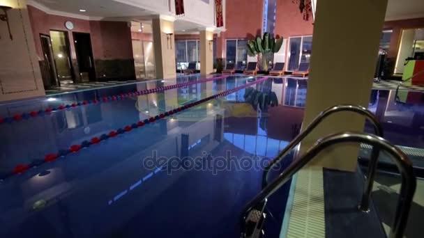 Modernes Haus mit Pool. Architektur, Haus mit Garten, Hallenbad. Luxus-Schwimmbäder in ein modernes Hotel. Schöne Luxus-Schwimmbad im Hotel Pool resort