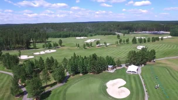Vzdušné golfové hřiště s nádhernou zelenou a bunkry. Letecký pohled na golfovém hřišti s nádhernou zelenou a rybník. Golfový míček na krásné hřiště s písčiny. Golfové hřiště prázdný pohled z oblohy