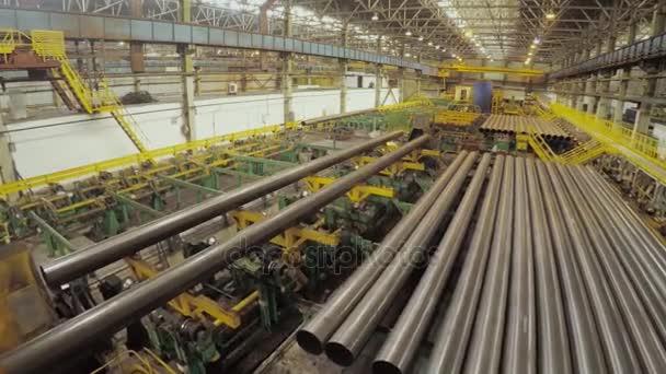 Stará továrna auto součástí výroby. Sklad, hliníkových trubek. Výroba kovových trubek. Svařování potrubí. Průmyslová zóna, ocelové potrubí a zařízení. Kovové trubky ve skladu