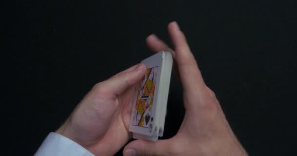Gioco di poker - mischiare carte. Equipaggia le mani shuffing carte. Chiuda in su. Equipaggia le mani mischiare le carte da gioco. Mani di rivenditori mischiare le carte durante una partita di poker