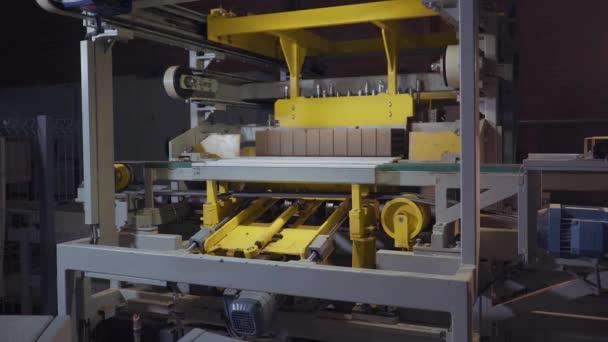 Závod na výrobu cihel. Zařízení pro výrobu stavební materiál s připraven cihly, stavební průmyslové. Výroba cihel na rostlině. Pracovní postup, detail. Některé cihly