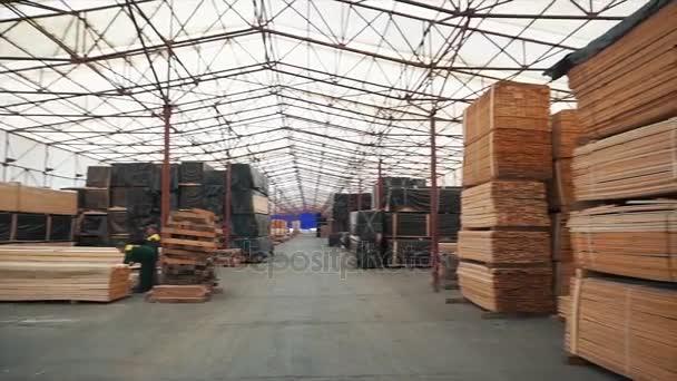 Faház építése. Mérési fenyő bárok a sarokban eszköz szabadtéri Vértes segítségével. Üzem építési fa rácsok. Kötés a fa rácsok. A ragasztót a kötés