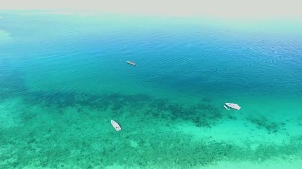 Moře letecký pohled, pohled shora, úžasné přírodní pozadí. Barva vody a krásně jasné. Azure beach s rocky mountains a čistou vodou Thajsko oceánu na slunečný den. Tropická Pláž