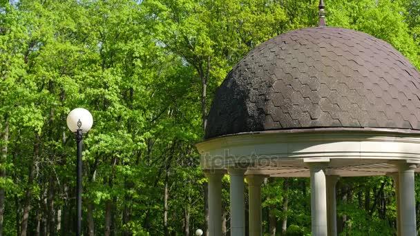 krásný altán v podzimním parku. Luxusní zdobené altán v parku na jaře