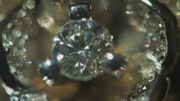 Diamant solitér prsten zblízka v tmavém prostředí. Velký modrý diamant, detailní zobrazení. vrstvený trojúhelníkové makro kosočtverce s malým diamantem nad nimi. Kolo drahokam na černé pozadí s