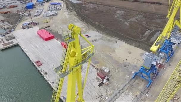 Légi kikötő daru-híd és a tömeges fuvarozó. Zár-megjelöl kilátás teherszállító hajó és a rakomány árukonténer daru kikötői terület, logisztikai importálása és exportálása éjjel dolgozik. Port rakomány daru felett az ég
