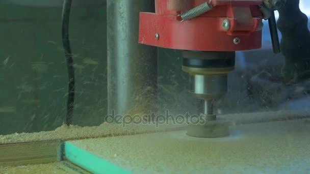 In einer Möbelfabrik bohrt ein Mann Löcher für Möbelscharniere. Forstner Bohrer. Forstnerbohrer Bohren in Weichholz, Zeitlupe, Nahaufnahme