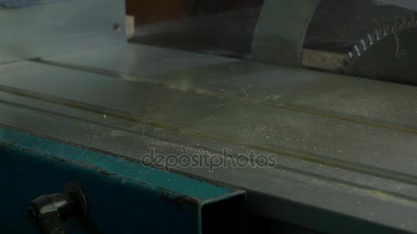 Čisticí stroje kompresoru. Čištění pracovní plochy od prachu