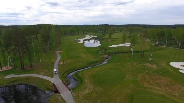 Letecký pohled na golfové hřiště, rybníky a zelené trávníky golfového hřiště. Písečných bunkrů na krásné golfové hřiště