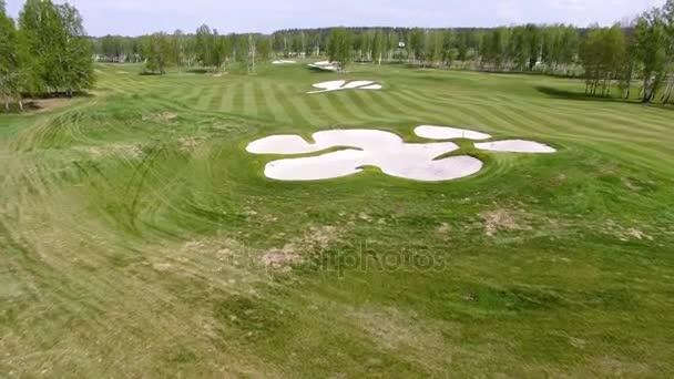 Letecký pohled na golfové hřiště. Písečných bunkrů na krásné golfové hřiště