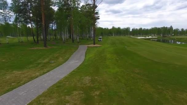 Aeriel pohled na golfový vozík na golfovém hřišti odpoledne s kopie prostoru. Elitní golf club
