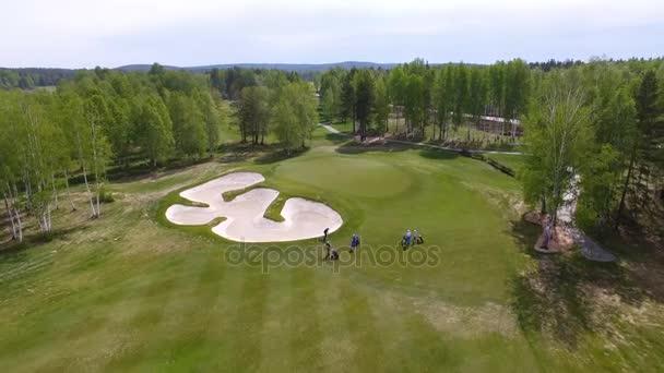 Letecký pohled na golfu hraje na putting green. Profesionální hráči na zeleném hřišti