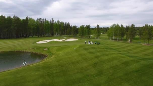 Golfisté bít golf shot s klubem na kurz na letní prázdniny, letecké