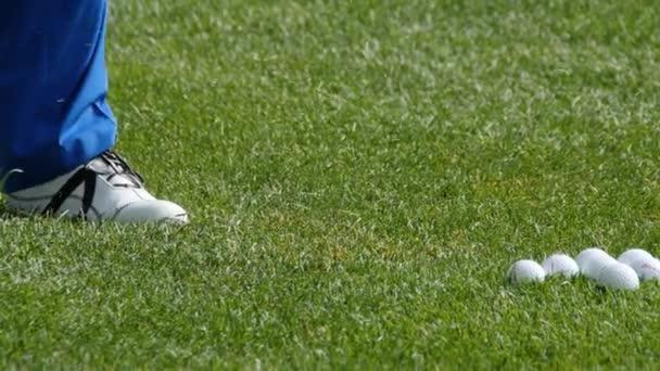Golfista bít Golf Shot s klubem na kurzu. Trefit míč Golf