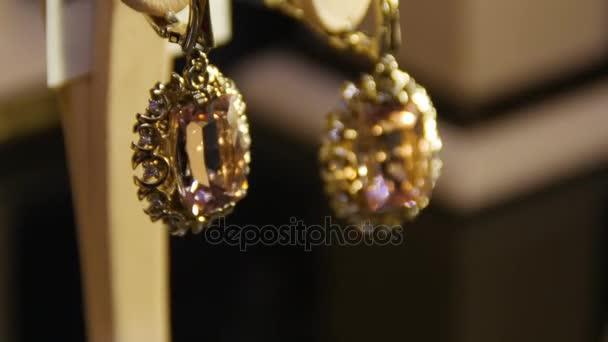 Zlaté náušnice s drahokam. Náušnice s drahými kameny