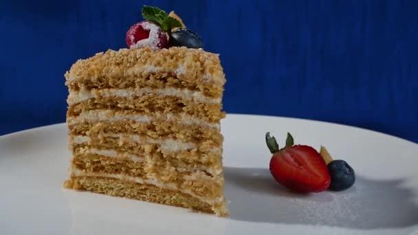 Geschichtete Torte mit Erdbeeren. Regenbogen Kuchen dicht geschichtet, Kuchen. Kurze Erdbeerkuchen.