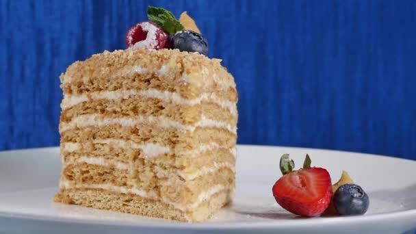 Layer Cake mit Cuted Erdbeeren und Heidelbeeren auf Platte. Sommer-Beeren-Kuchen. Stück von mehrschichtigen Berry und Pistazien Mousse Torte