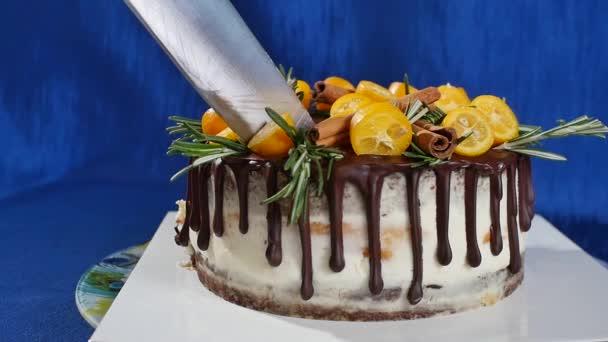 Zářezy nožem koláč s jahodami a borůvkami zblízka. Dělení jahodový dort s nožem. Ovocné jahodové borůvkovou malinový tvarohový dort dekorace