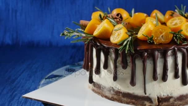 Keksz torta elölnézet. Pie, gyümölcsök és virágok. Zárja be az elöl nézet cookie-k és a tejszín torta. A csokoládé torta és süti krém díszített feltöltési kakaó