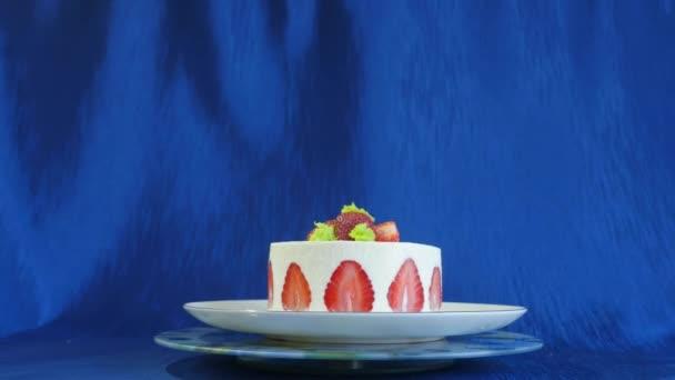 Erdbeerkuchen auf dunkelblauem Hintergrund. schöner Kuchen mit Erdbeeren und Sahne