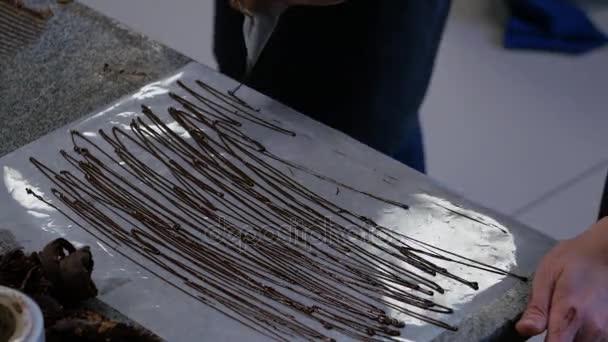 Cukrář, přidání připravit dort čokoládový krém. Cukrář v kuchyni zdobení dort z čokolády. Příprava čokoládového dortu