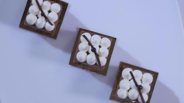 Házi készítésű barna mézeskalács sütemény tejszínhabbal. A csokoládé torta fehér tányérra a tejszín. Csokoládé desszert. Lassú mozgás