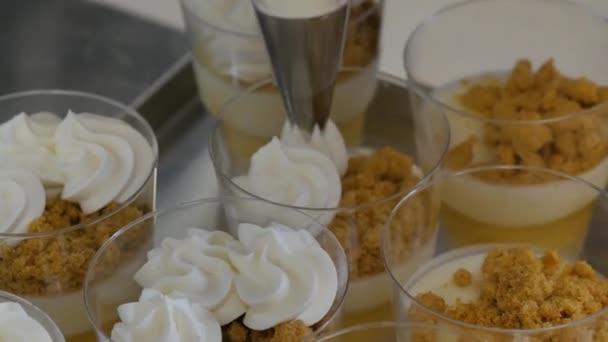 Příprava ručně vyráběné čokoládové cukrovinky, zblízka. Továrna na cukrovinky. Výroba cukrovinek. pečivo, sladkosti, marshmallows. Ženy péct koláče. Cukráři, aby dezerty