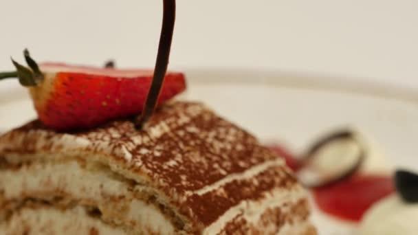 Kousky jahod v bílé s vanilkovou šlehačkou. Jahodové řezy se zblízka. Detail jahodová palačinka Dortové řezy a omáčkou na desce. Dezertní menu v kavárně