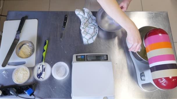Proces tvorby koláč těsta ručně. Pekařské směsi pro domácí pečivo. Upéct dort sladký dezert koncept. Pohled shora
