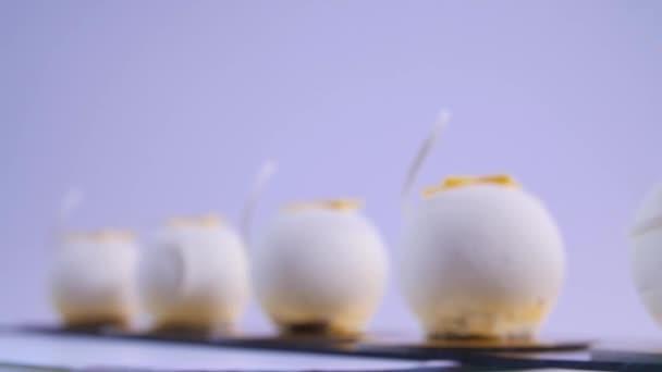 Velvet dort koule s cukrové sypání. Bílý, míč ve tvaru koláče. Dekorativní bílé dorty