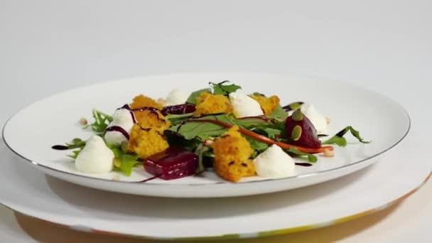 Salát s sledě, červená řepa, paprikou, červenou cibulí, hořčicí a balsamikovým octem. Salát hlávkový salát, červená řepa a losos filety s jemnou smetanovou omáčkou. Salát s zelení, ryby a červené řepy