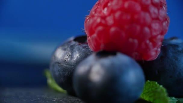 Čerstvé ovoce - maliny, borůvky. krásně lemované s malinami a borůvkami