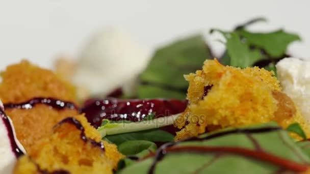 Čerstvý salát s ovocem a zelení na pohled shora bílé dřevěné pozadí s místem pro text. Zdravé jídlo. Salát se sýrem a čerstvou zeleninou, izolované na bílém pozadí. Řecký salát