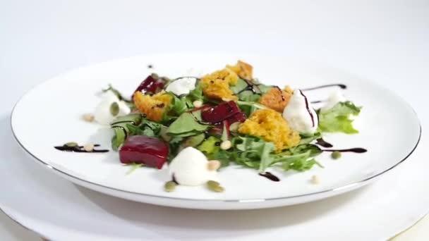 Okurkový salát s grilovaným tuňákem. Řepy salát s kozím sýrem a kandovanými ořechy a rukolou. Salát hlávkový salát, červená řepa a losos filé s jemnou smetanovou omáčkou