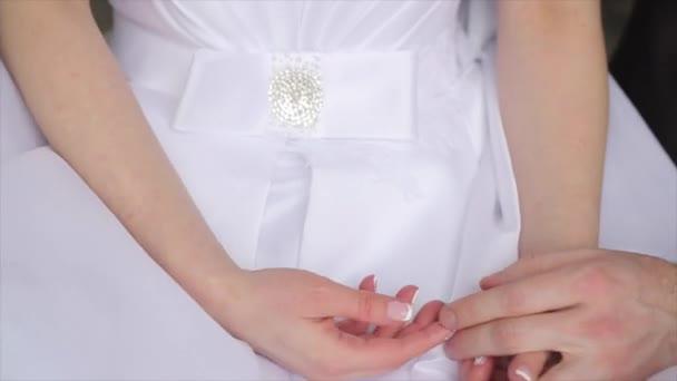 Esküvői pár tartja a kezében, a boldog vőlegény és a menyasszony. Fiatal esküvői pár, a menyasszony és a vőlegény kezét. Fiatal pár love menyasszony és a vőlegény, a nyári menyasszonyi nap