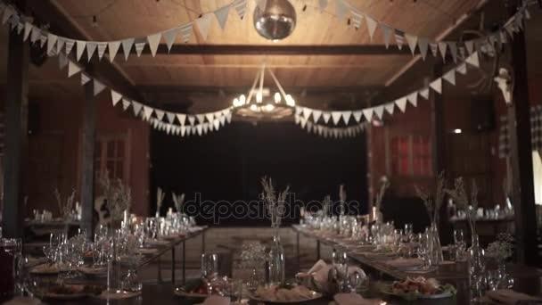 tabulka nastavení, restauraci, restaurace interiér, prázdný brýle na bílém stole, řádek prázdných sklenic na šampaňské. Furshet, catering. Sklenice na šampaňské a víno