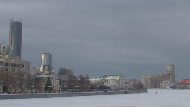 Zugefrorener Fluss und moderne Stadt. leerer Platz und Boden mit Himmel. Panorama
