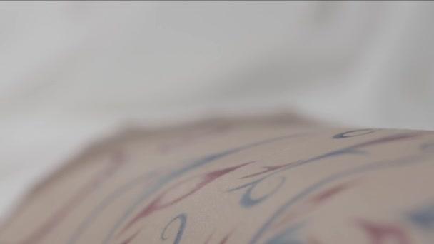 Hennou. Ženské nohy s mehndi tetování zblízka. Detailní záběr na nohy žena s krásným vzorem