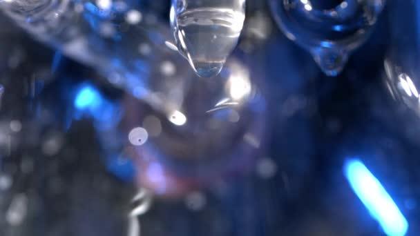Closeup tající rampouch s kapkou předsazení. Zmrazené rampouch s kapkou vody v makru. Tající rampouchy s kapkami vody