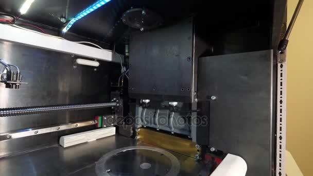 Moderne 3D-Drucker drucken Abbildung Nahaufnahme Makro. Automatische drei dimensionale 3D-Drucker im Labor