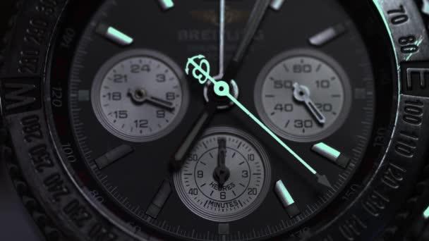Detailní pohled na luxusní mans Náramkové hodinky. Detail luxusní hodinky na černém pozadí. Selektivní fokus, malá hloubka ostrosti. Mans Náramkové hodinky makro
